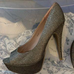 Gold heels  💖💫
